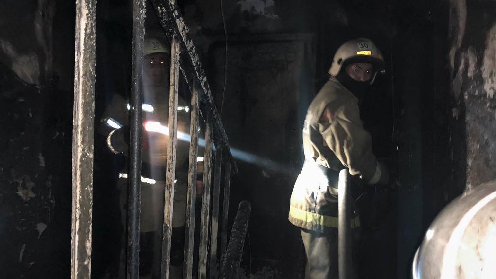 «Люди выбрасывали вещи из окон». Ночью в Омске внезапно загорелась многоэтажка