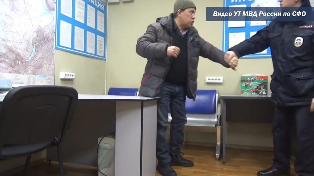 Дебошира-вахтовика, который обматерил полицейских и пассажиров, задержали в аэропорту Толмачево