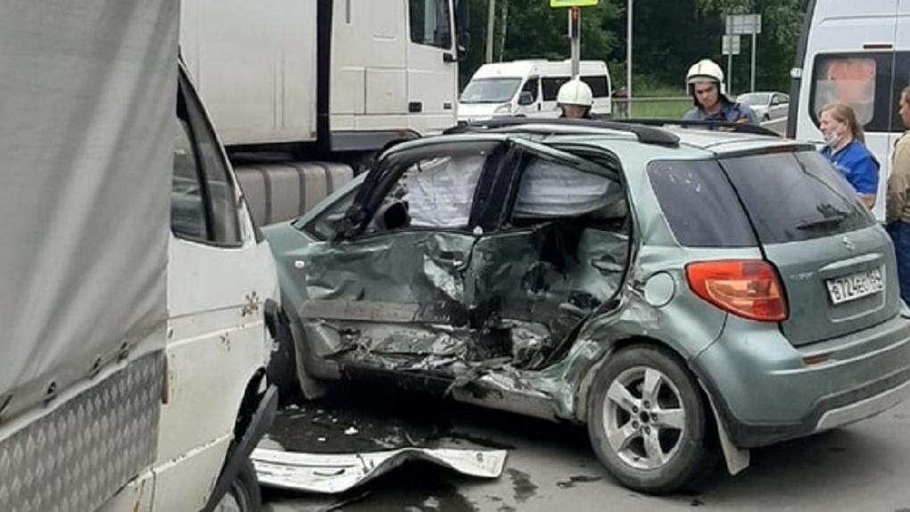 Погиб на месте: новосибирские спасатели поделились жуткими кадрами с места смертельного ДТП