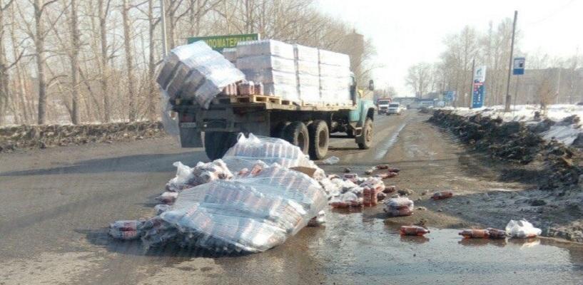 В Омске из грузовика выпало несколько сотен бутылок пива