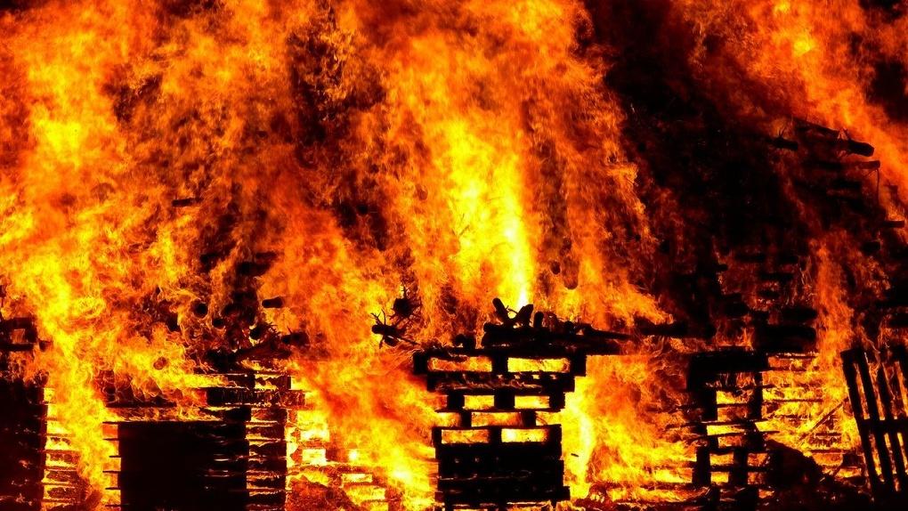 Ночной ураган в Омске сжег несколько домов, хозяйка одного из них сгорела заживо
