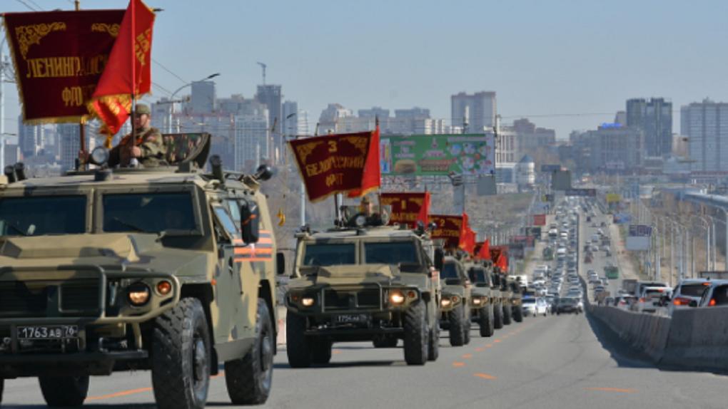 Десятки военных машин со штандартами фронтов проехали по Новосибирску (7 ярких кадров автопробега)