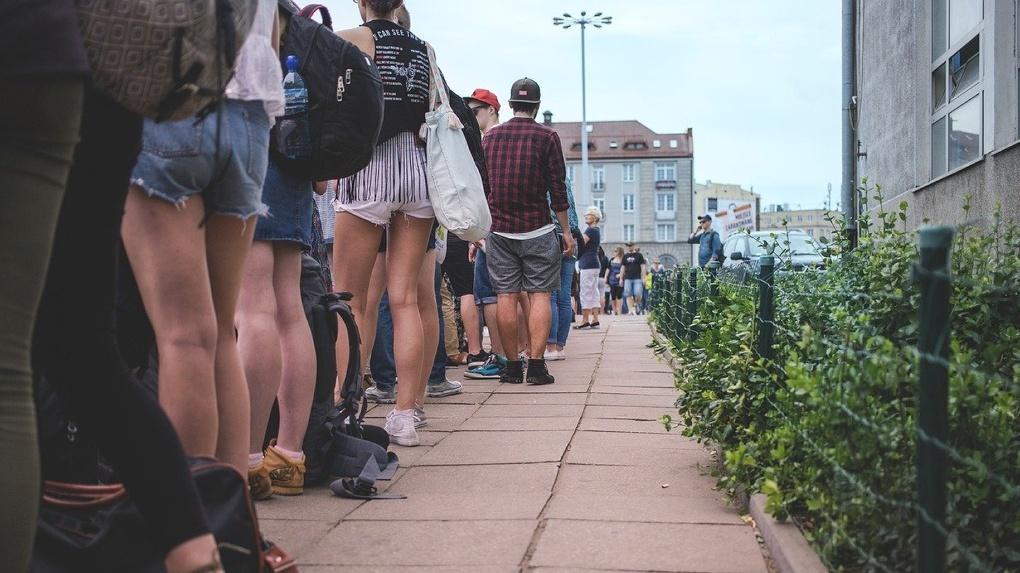 Омичи выстроились в огромную очередь перед МФЦ, игнорируя дистанцию и средства защиты (Фото)