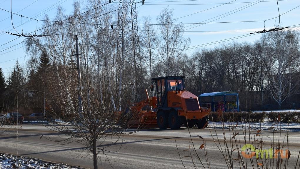 В Омске на борьбу с апрельским снегопадом вышла спецтехника
