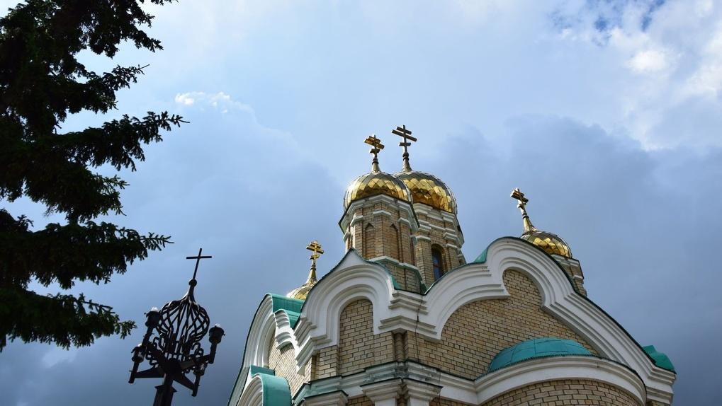 Патриарх Кирилл просит верующих пока не посещать храмы