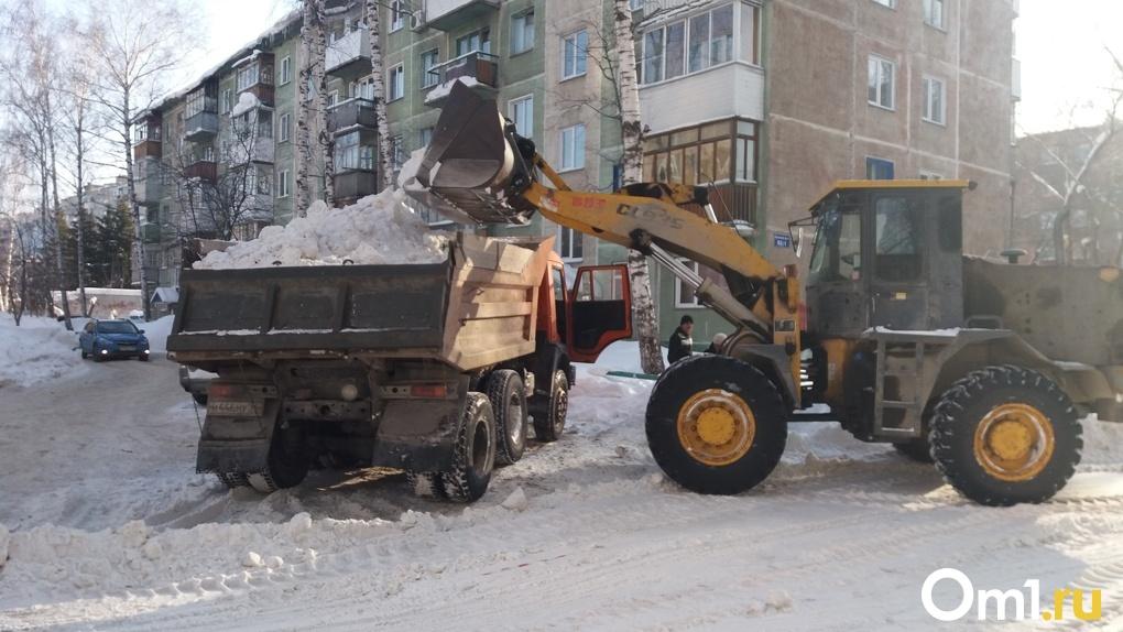 Почти 200 уборочных машин ночью устраняли последствия обрушившегося на Новосибирск снегопада