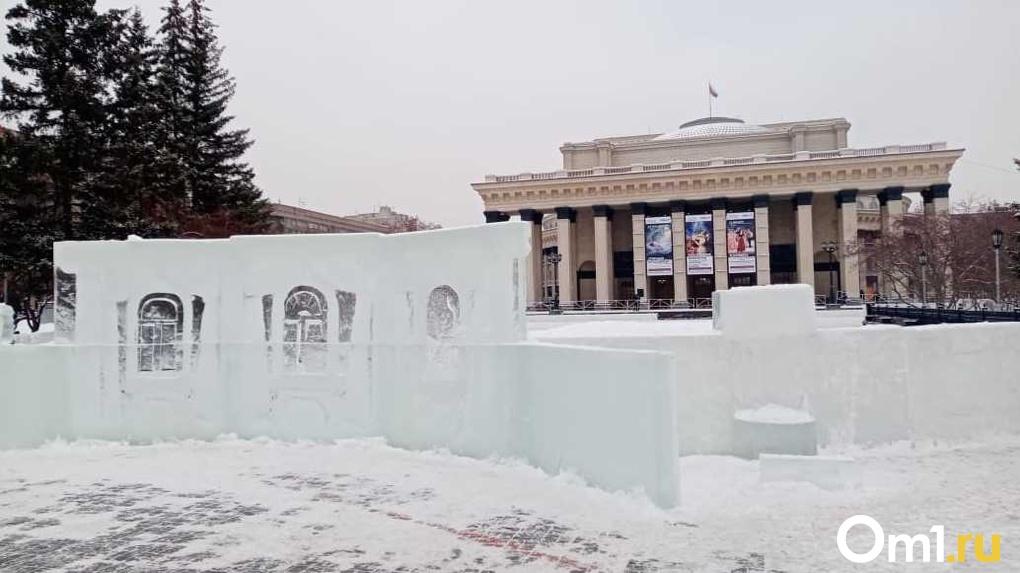 Напротив оперного театра заливают каток: вход со своими коньками свободный