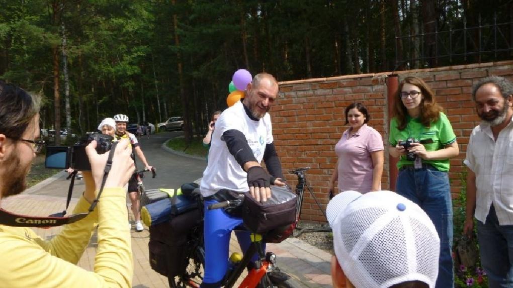 Омский волонтёр ради детского хосписа приехал на велосипеде из Питера