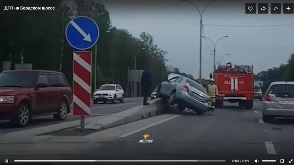 Автоледи «запрыгнула» на разделитель полос в Новосибирске