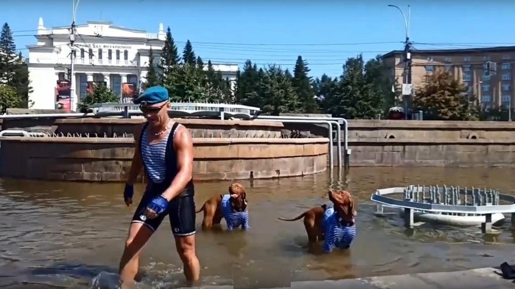 Собаки-десантники искупались в фонтане Новосибирска в день ВДВ