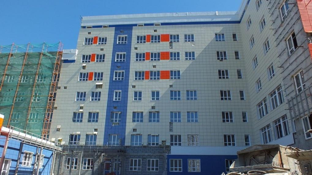 В Омске никак не могут достроить поликлинику на Левобережье