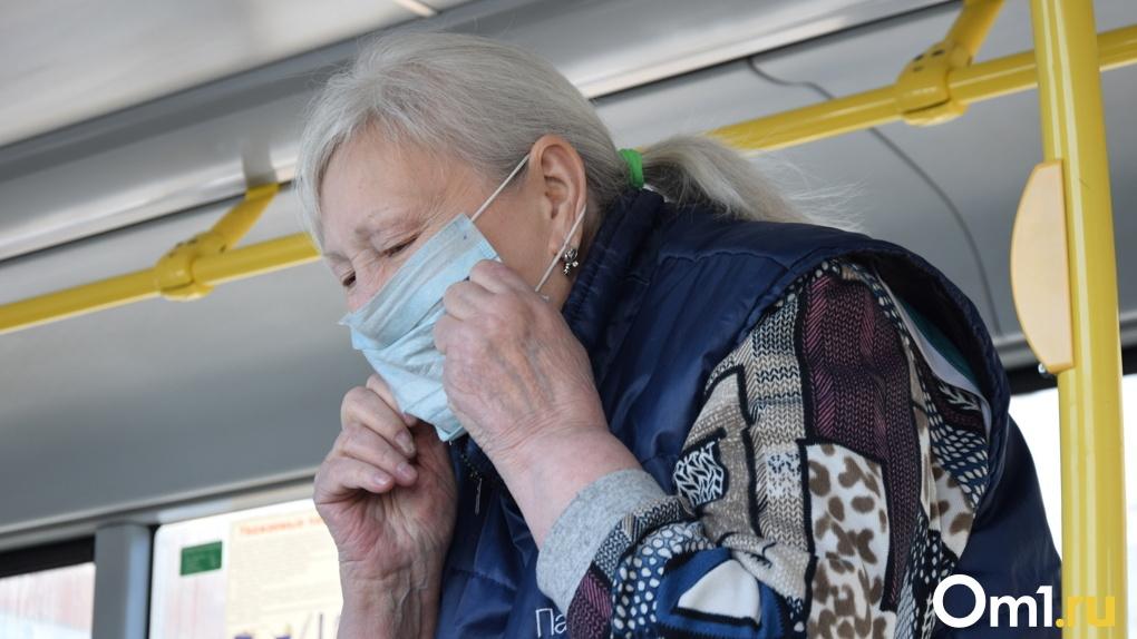 «Чтобы защититься, нужен противогаз, а не маска»: омич устроил скандал в автобусе из-за маски