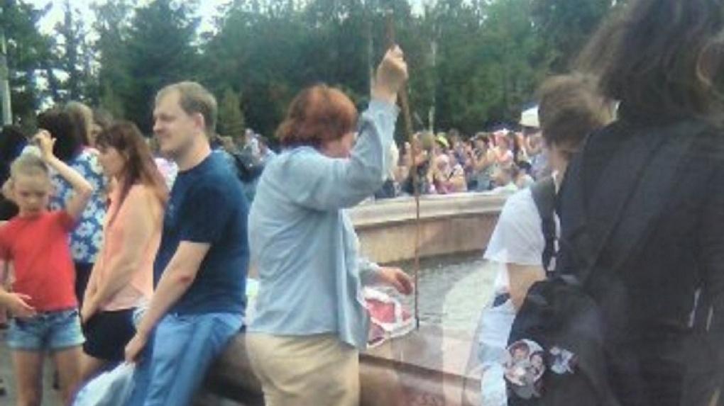 В День города омская пенсионерка вылавливала мелочь из фонтана