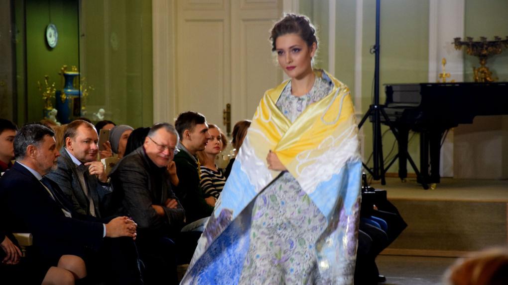 В Омске прошло дефиле дизайнерских платков: фоторепортаж