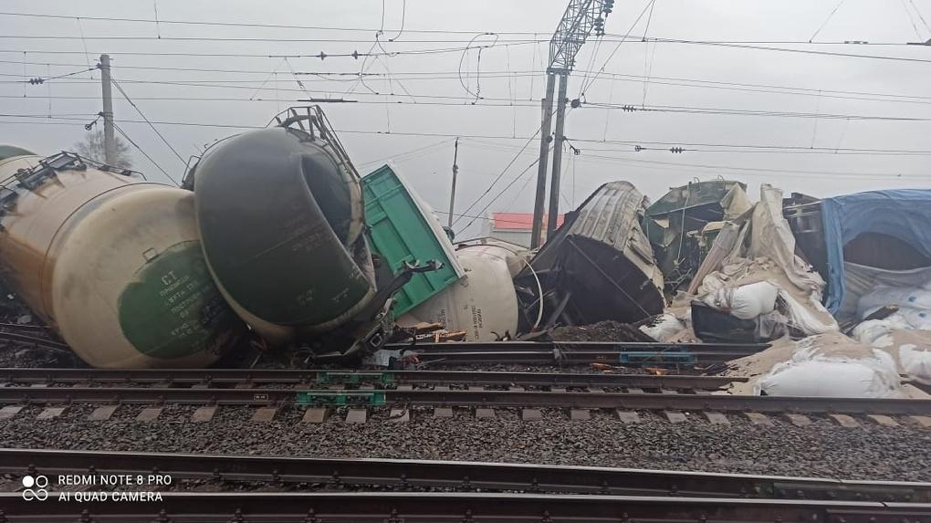 Транспортная прокуратура начала проверку после схода с рельсов вагонов со щебнем в Новосибирской области