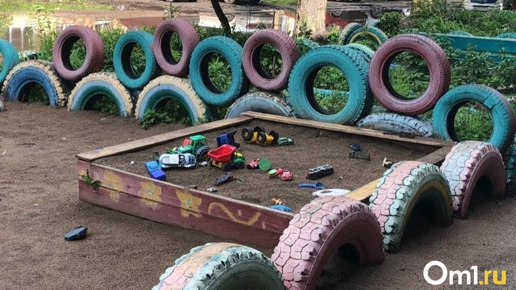 В Омске хотят запретить украшать дворы старыми покрышками