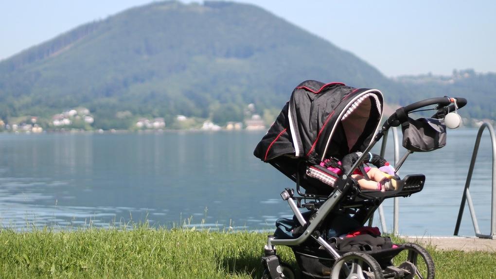 Агрессивный новосибирец пнул детскую коляску из неё вылетел пятимесячный ребёнок