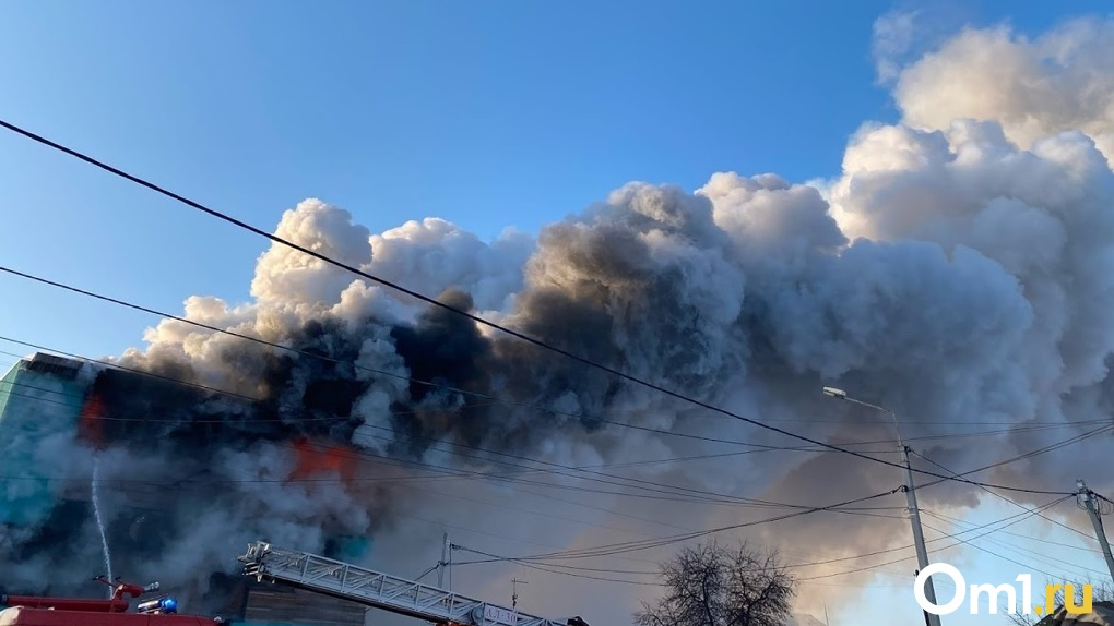 В центре Омска сгорели две фуры с неизвестным грузом. ВИДЕО