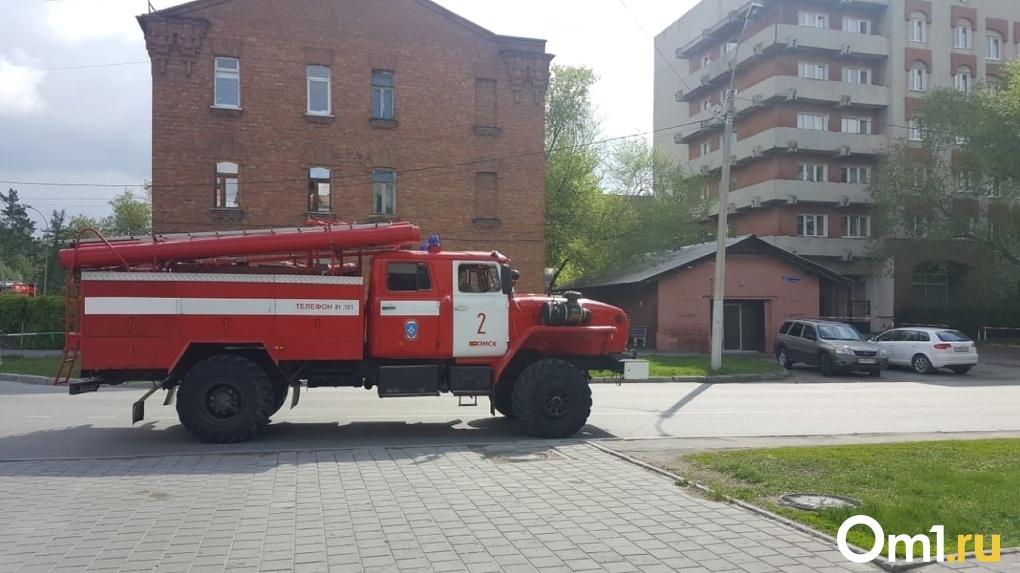 В Омске в студенческое общежитие направили несколько машин МЧС