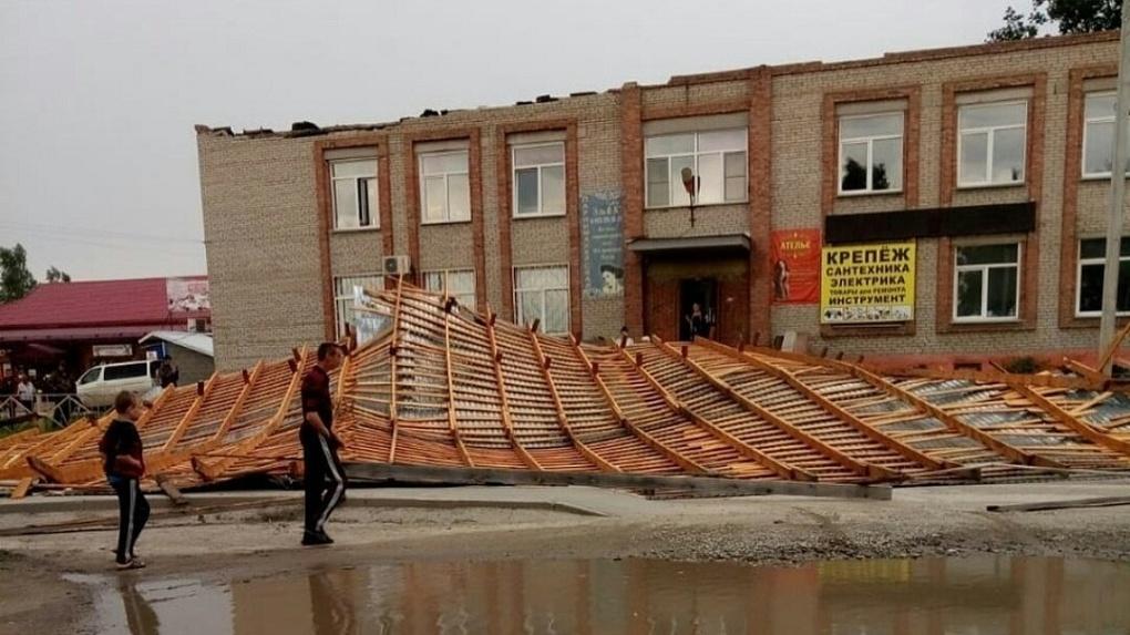Последствия урагана: новосибирцам показали ужасающее видео с «летящей крышей»