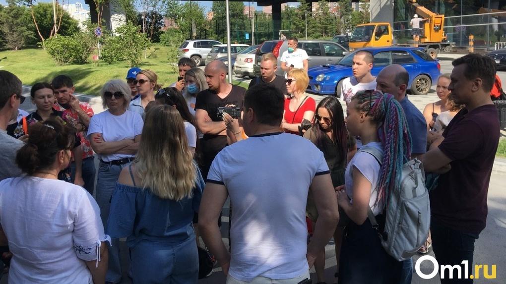 Лишили парковки и сквера: новосибирцы борются против строительства дороги возле элитного ЖК