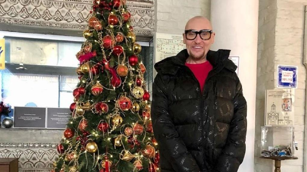 Эпатажный певец из Новосибирска Шура стал уборщиком ради выступления на премии блогеров