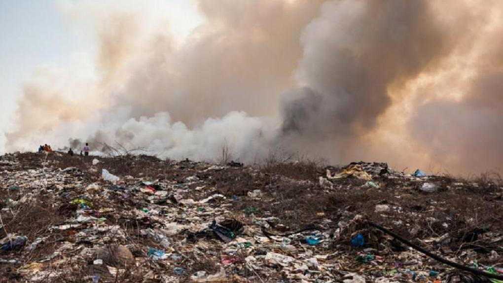 Они токсичные. Тонны строительных отходов от «Арены Омск» за миллион рублей вывезли в Курган