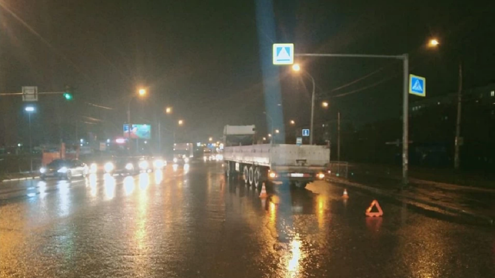 В Новосибирске грузовик сбил пешеходов с ребёнком на руках