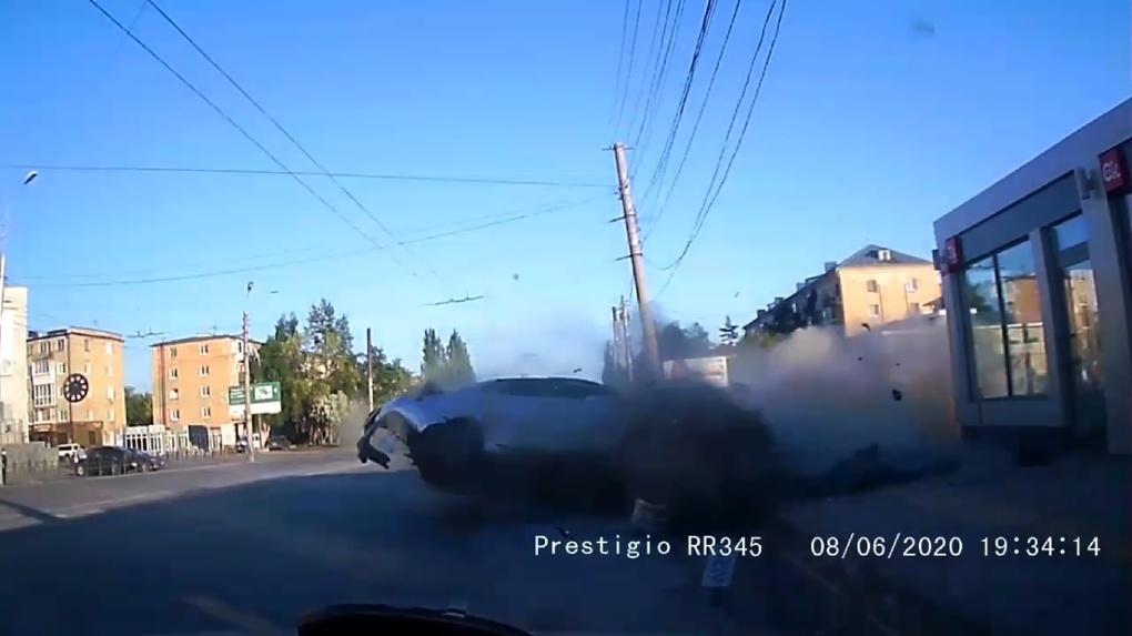 Разбился о тротуарную плитку. Появилось видео жуткого ДТП в Омске