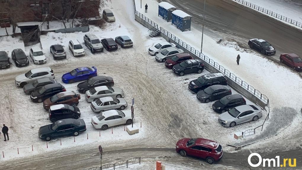 В Омске сносят «персональные» парковочные места