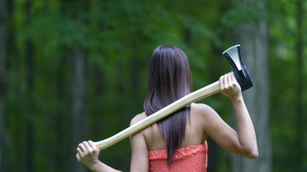 Жительница Новосибирской области отрубила топором головы двум насильникам