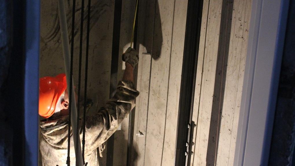 На замену лифтов в 45 домах в Омске потратят больше 320 млн рублей