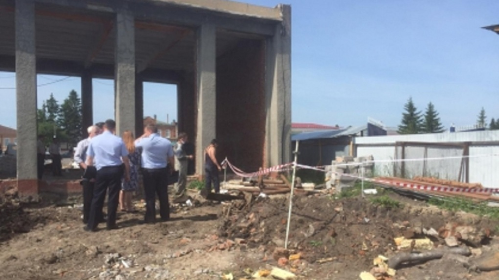 Труп служителя церкви помешал реконструкции КДЦ в Омской области