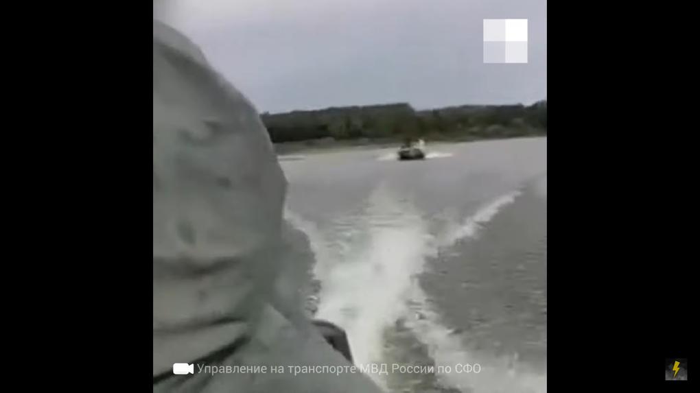 «Рыбак угрожал расстрелять супружескую пару из Новосибирска»: в сеть попало видео погони на лодке