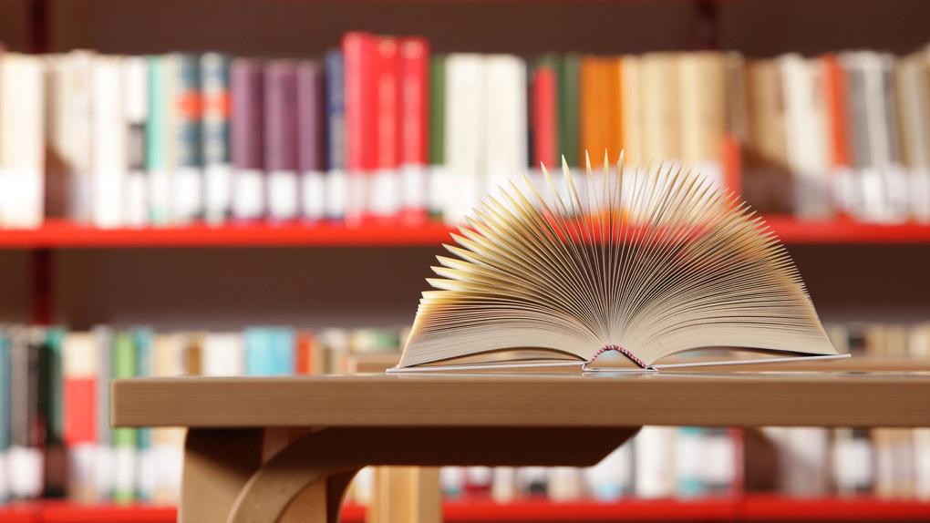 Омская почта передала около 2 000 книг сгоревшей библиотеке