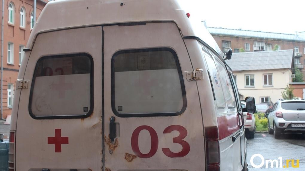 Новосибирцев напугала очередь из скорых у городской больницы