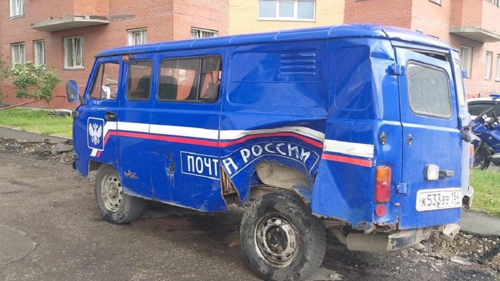 Новосибирский мотоциклист на скорости въехал в автомобиль «Почты России»