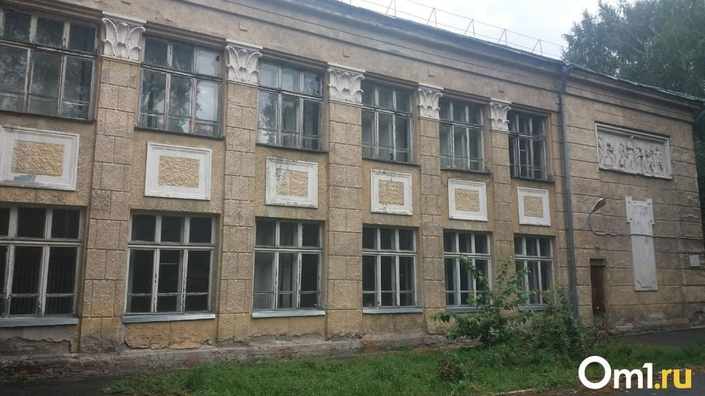 LIVE: сносить или реконструировать? В Новосибирске решают судьбу скандальной школы