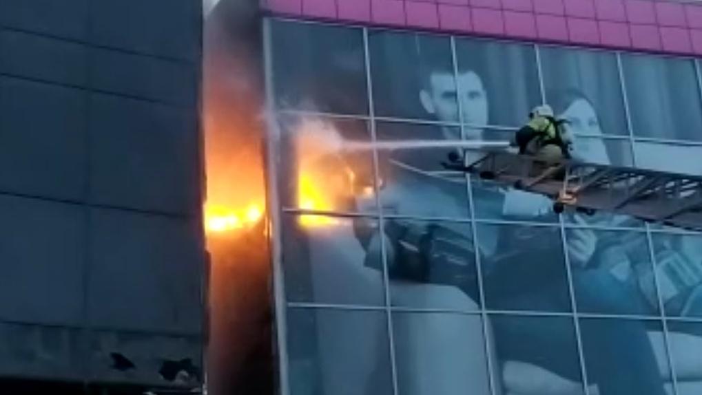 Пожар в новосибирской гостинице: напуганные постояльцы выбегают из номеров на улицу (обновляется)
