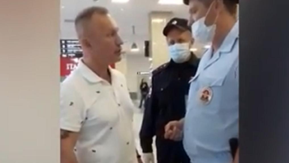 Пассажир авиарейса «Новосибирск — Москва» отказался надевать маску в полёте и обматерил полицейских