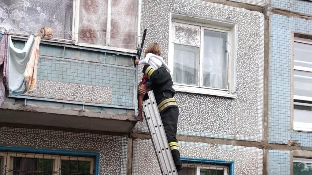 В Омске пятеро детей оказались заперты в квартире. 6-летняя девочка пыталась вылезти через балкон