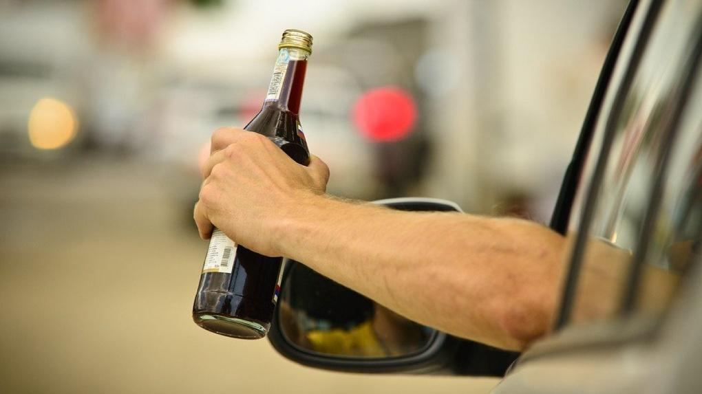 В Новосибирске полицейские еле скрутили матерящегося пьяного водителя-азиата, разбившего несколько машин