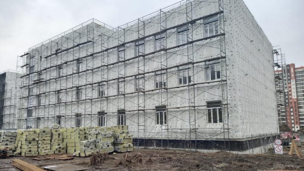 Школу за миллиард рублей с музеем и лабораториями строят в Новосибирске
