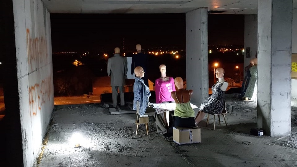 В омском недострое поселили семью манекенов