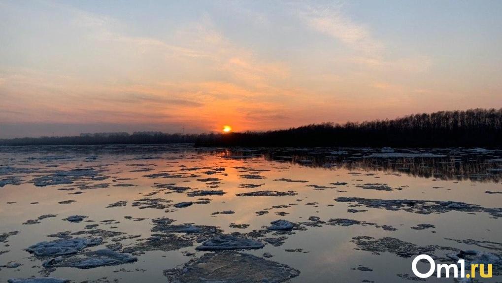 Невероятной красоты ледоход на омской набережной в лучах заката: любуемся вместе (фото)