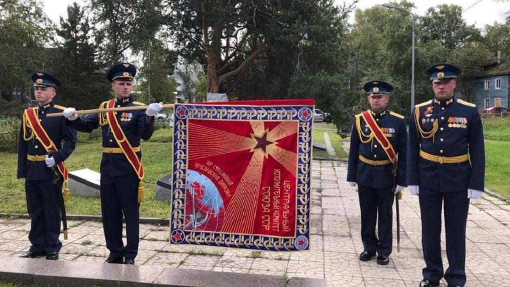Уникальную копию знамени времён советско-финской войны передали новосибирцы в Карелию