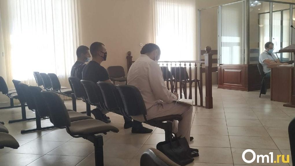 Гири на ногах и смерть. Омичи за собственные деньги обрекали родных на пытки в «лечебном» центре