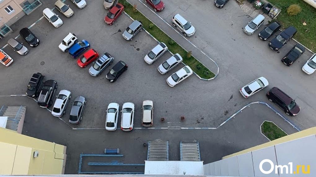Омич требует более 90 тысяч рублей от управляющей компании за свою разбитую машину
