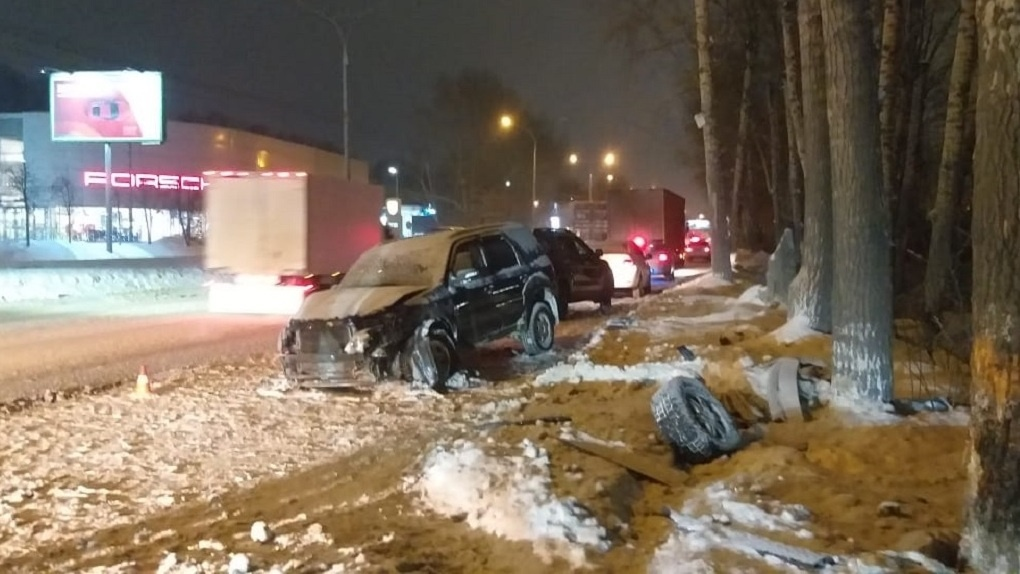 Смертельное ДТП в Новосибирске: водитель погиб после столкновения автомобиля с деревом