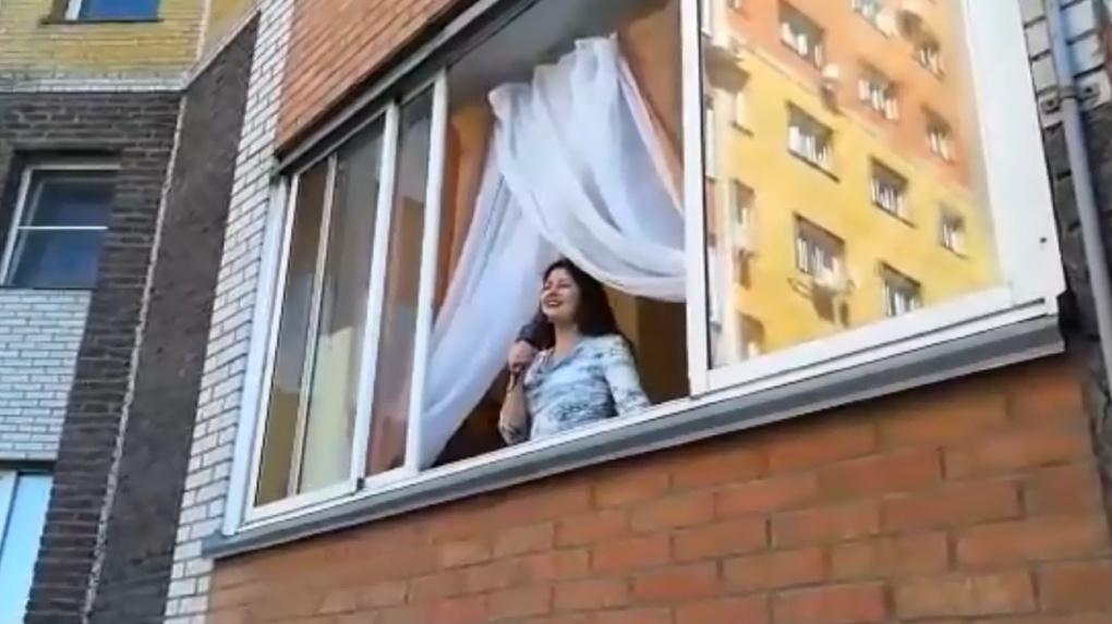 Солистка омской филармонии спела песню «День Победы» с балкона своего дома